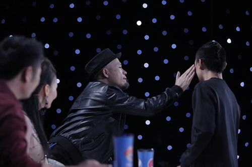 """Huy Tuấn """"tát"""" thí sinh VN Idol trên sóng truyền hình - 4"""