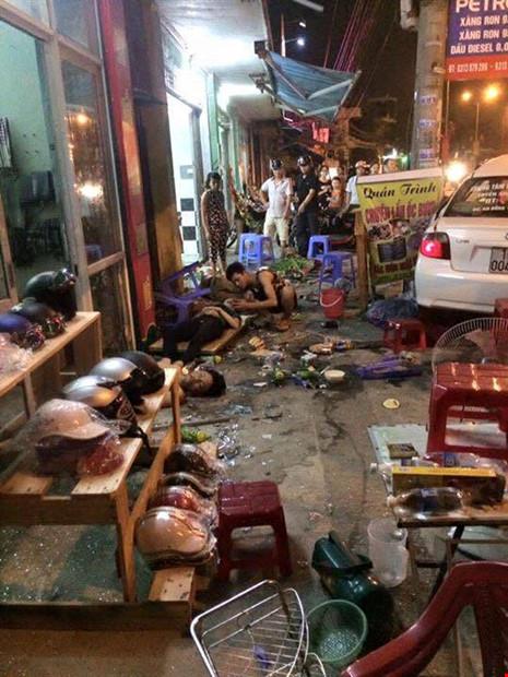 Ô tô lao vào quán ăn đêm, người bị thương nằm la liệt - 1