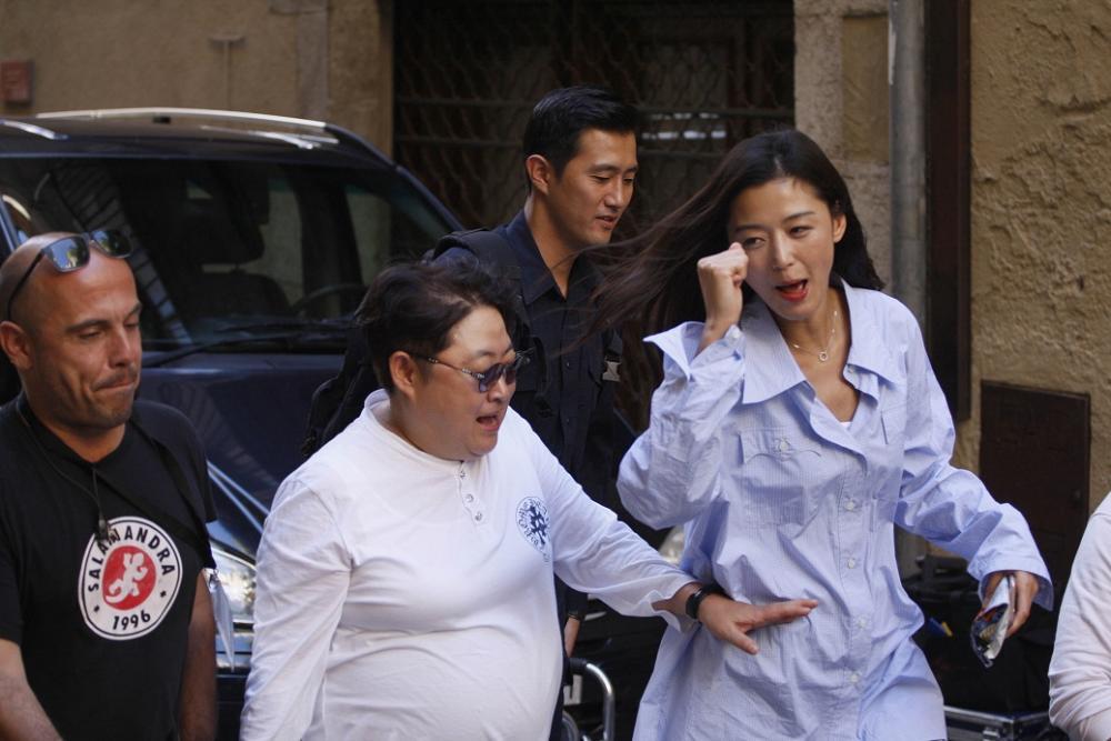 """Lộ hậu trường hành động của Lee Min Ho và """"máy bay bà già"""" - 12"""