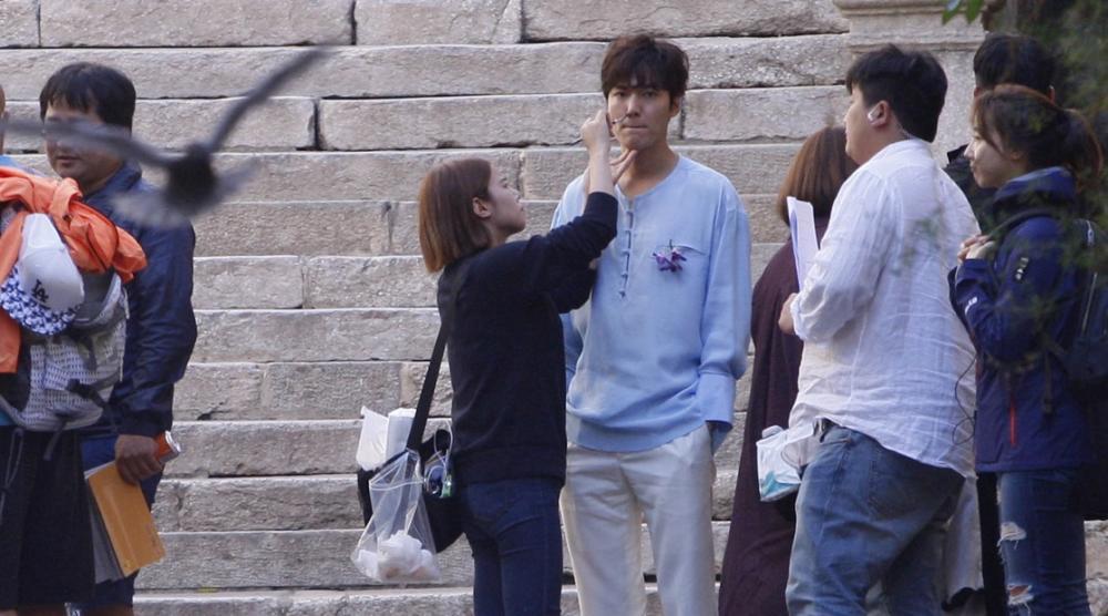 """Lộ hậu trường hành động của Lee Min Ho và """"máy bay bà già"""" - 10"""