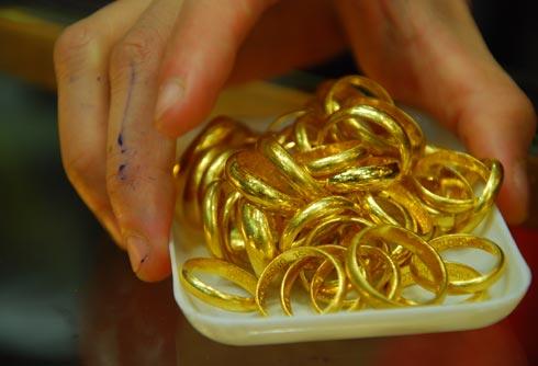 Giá vàng chiều 17/9: Vàng nhẫn lao dốc phiên cuối tuần - 1