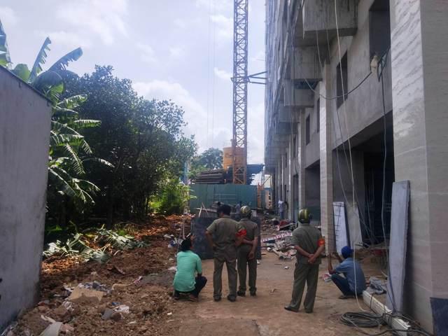 Rơi từ tầng 8 xuống đất, 2 công nhân nằm bất động - 1