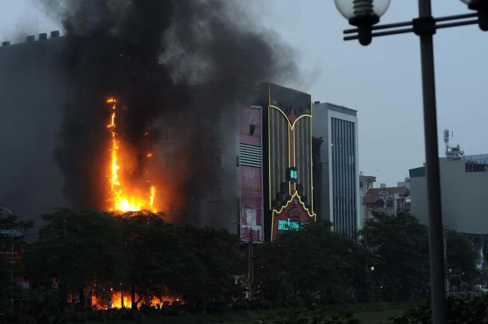 Hà Nội: Cháy quán karaoke 7 tầng, khách chạy tán loạn - 1