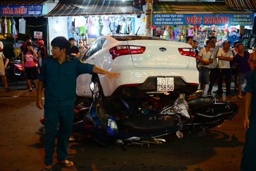 """Clip: Ô tô """"điên"""" cuốn 6 xe máy vào gầm ở Sài Gòn - 1"""