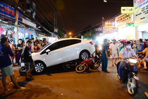 """Clip: Ô tô """"điên"""" cuốn 6 xe máy vào gầm ở Sài Gòn - 2"""