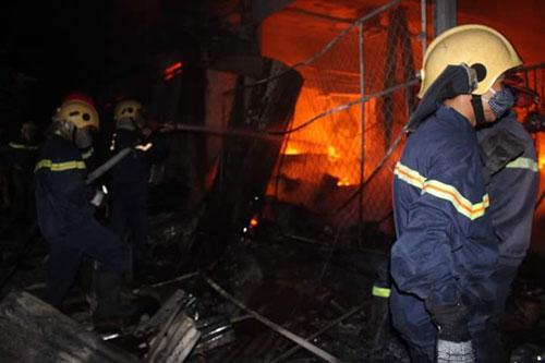 Hàng trăm kiốt cháy rụi, tiểu thương gào khóc cầu cứu - 1
