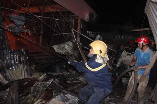 Hàng trăm kiốt cháy rụi, tiểu thương gào khóc cầu cứu - 3