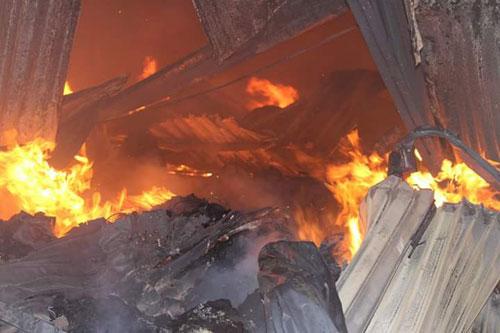 Hàng trăm kiốt cháy rụi, tiểu thương gào khóc cầu cứu - 2