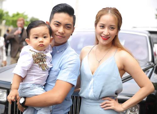 Con trai Khánh Thi hút mọi sự chú ý bên bố mẹ - 2