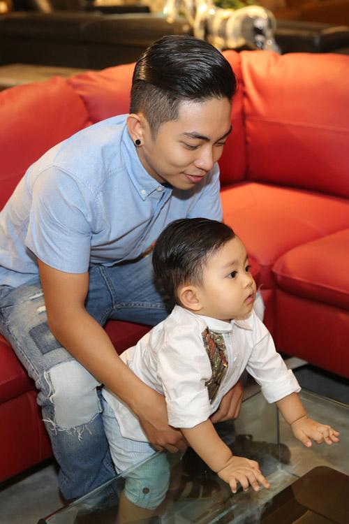 Con trai Khánh Thi hút mọi sự chú ý bên bố mẹ - 3