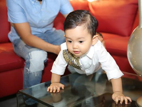 Con trai Khánh Thi hút mọi sự chú ý bên bố mẹ - 4