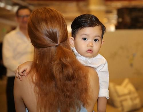 Con trai Khánh Thi hút mọi sự chú ý bên bố mẹ - 5
