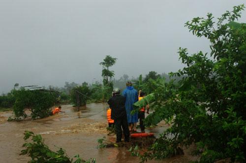 Chùm ảnh: Cứu 6 người dân trèo trên cây tránh lũ dữ - 5