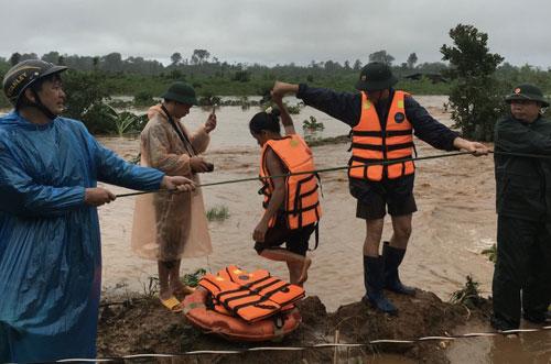 Chùm ảnh: Cứu 6 người dân trèo trên cây tránh lũ dữ - 7