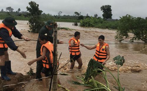 Chùm ảnh: Cứu 6 người dân trèo trên cây tránh lũ dữ - 8