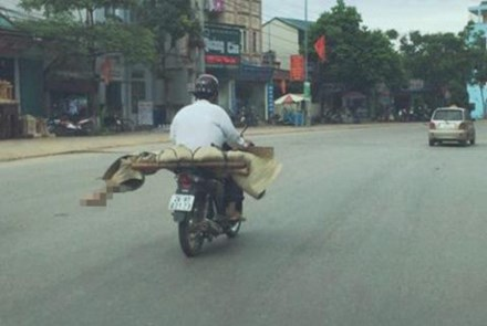 2 vụ chở người chết bằng xe máy: Nghèo mới ra nông nỗi - 1