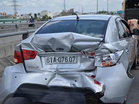 Cả gia đình trong ô tô hoảng loạn khi bị xe khách tông - 2