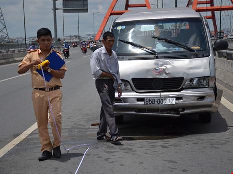 Cả gia đình trong ô tô hoảng loạn khi bị xe khách tông - 3