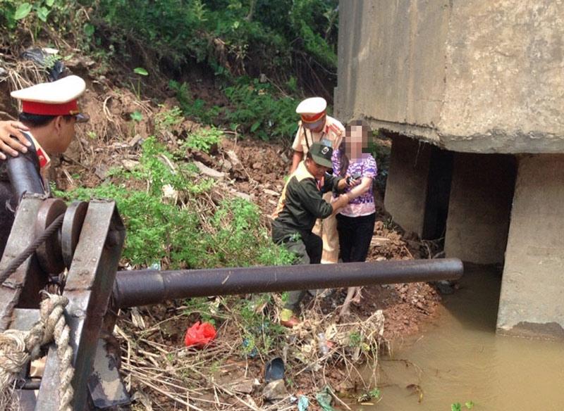 Nhảy sông tự tử không thành, vẫy tay cầu cứu CSGT - 1