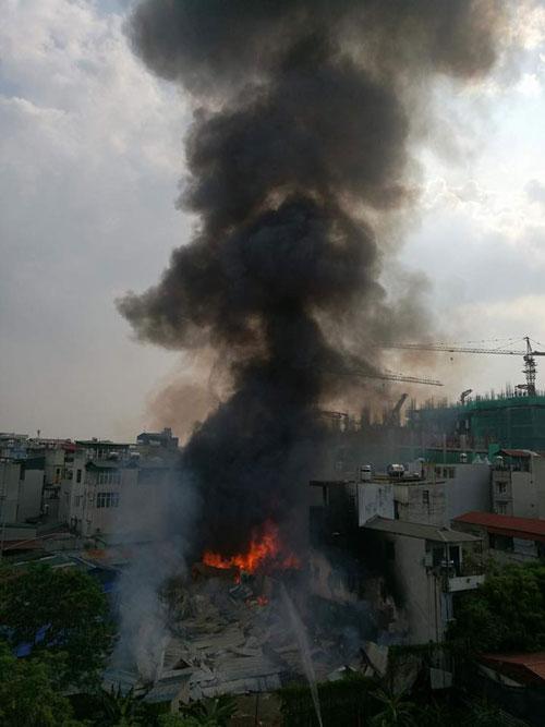 Cháy lán trọ công nhân giữa Thủ đô, dân hoảng loạn tháo chạy - 3