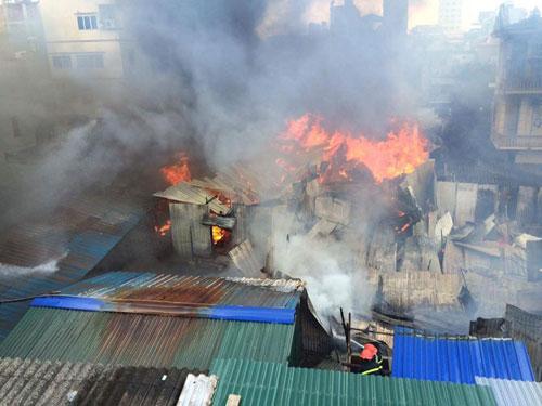 Cháy lán trọ công nhân giữa Thủ đô, dân hoảng loạn tháo chạy - 1