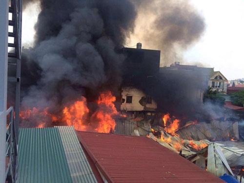 Cháy lán trọ công nhân giữa Thủ đô, dân hoảng loạn tháo chạy - 2