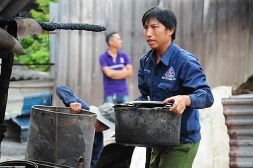 Cháy lán trọ ở HN: Công nhân bới đồ trong đống tro tàn - 5