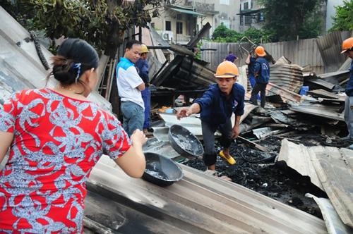 Cháy lán trọ ở HN: Công nhân bới đồ trong đống tro tàn - 4