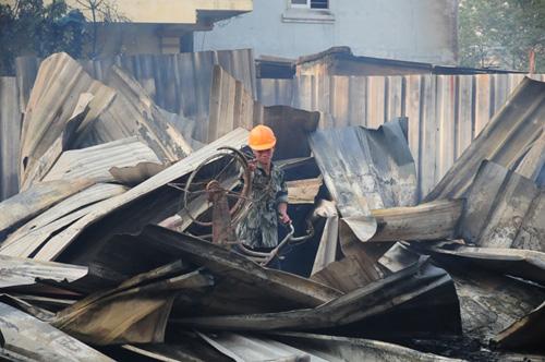 Cháy lán trọ ở HN: Công nhân bới đồ trong đống tro tàn - 2