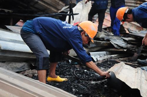 Cháy lán trọ ở HN: Công nhân bới đồ trong đống tro tàn - 3