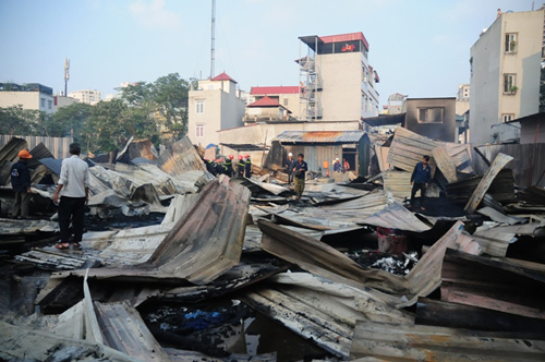 Cháy lán trọ ở HN: Công nhân bới đồ trong đống tro tàn - 1