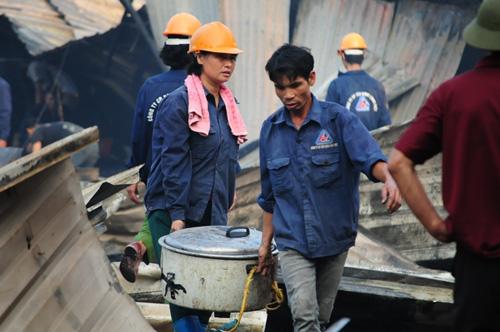 Cháy lán trọ ở HN: Công nhân bới đồ trong đống tro tàn - 8