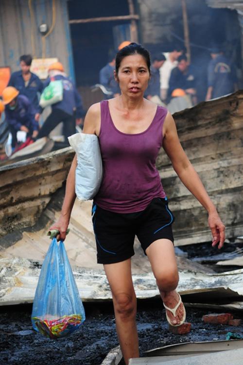 Cháy lán trọ ở HN: Công nhân bới đồ trong đống tro tàn - 10