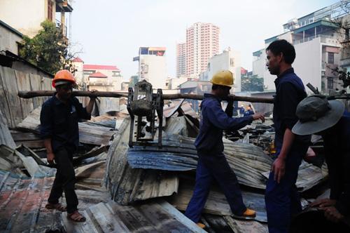 Cháy lán trọ ở HN: Công nhân bới đồ trong đống tro tàn - 6