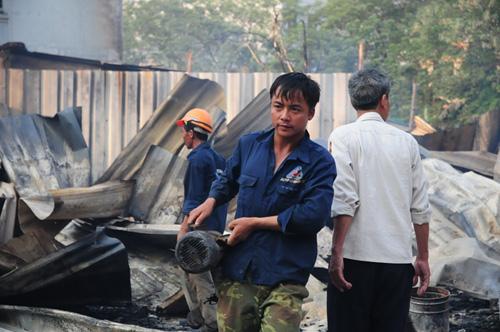 Cháy lán trọ ở HN: Công nhân bới đồ trong đống tro tàn - 7