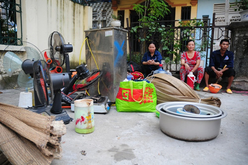 Cháy lán trọ ở HN: Công nhân bới đồ trong đống tro tàn - 12