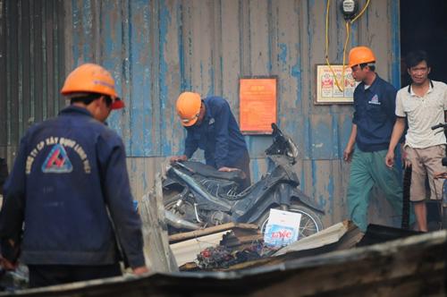 Cháy lán trọ ở HN: Công nhân bới đồ trong đống tro tàn - 9