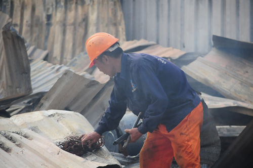 Cháy lán trọ ở HN: Công nhân bới đồ trong đống tro tàn - 11