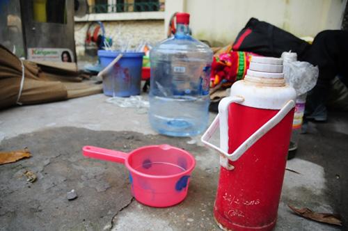 Cháy lán trọ ở HN: Công nhân bới đồ trong đống tro tàn - 13