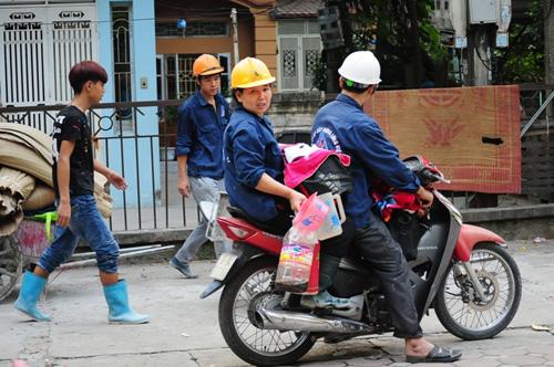 Cháy lán trọ ở HN: Công nhân bới đồ trong đống tro tàn - 14