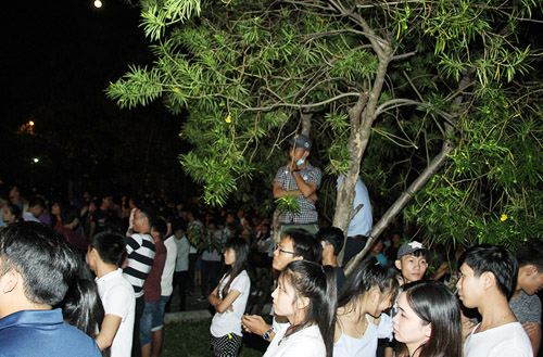 Fan vượt rào chắn, trèo cây xem Đông Nhi biểu diễn - 2