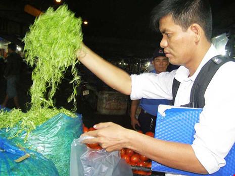 Truy tìm người ngâm rau muống bào với hóa chất độc - 1