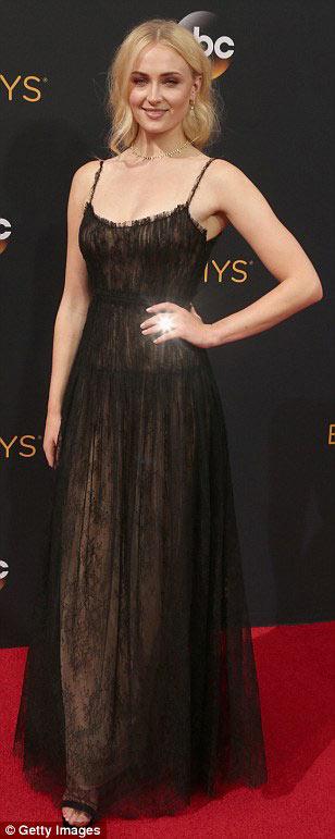Siêu mẫu ngực trần cuốn hút tại thảm đỏ Emmy - 3