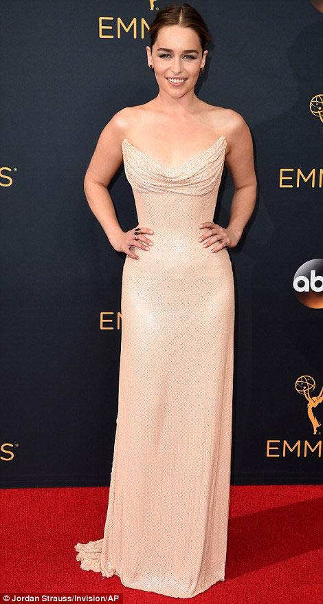 Siêu mẫu ngực trần cuốn hút tại thảm đỏ Emmy - 4