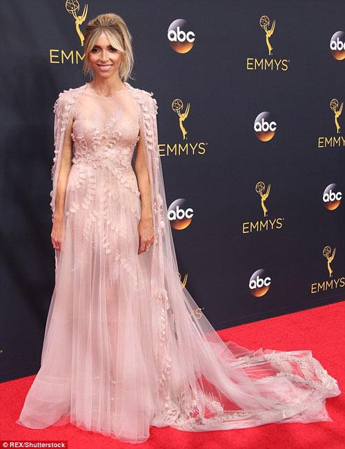 Siêu mẫu ngực trần cuốn hút tại thảm đỏ Emmy - 2