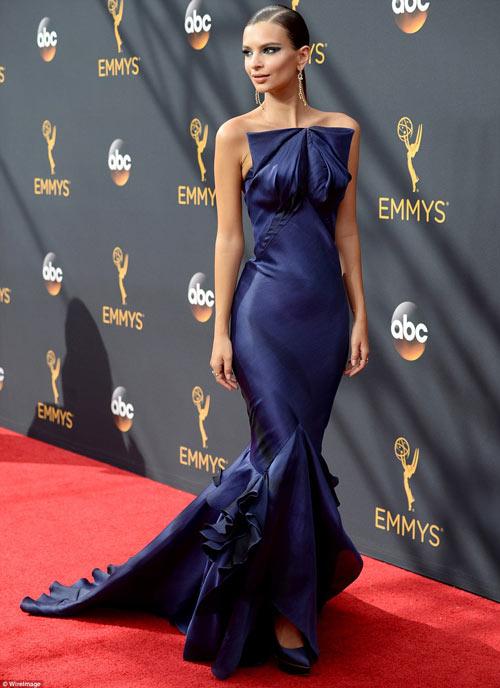 Siêu mẫu ngực trần cuốn hút tại thảm đỏ Emmy - 1