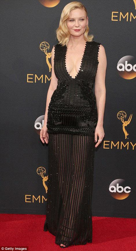 Siêu mẫu ngực trần cuốn hút tại thảm đỏ Emmy - 10