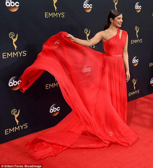 Siêu mẫu ngực trần cuốn hút tại thảm đỏ Emmy - 6