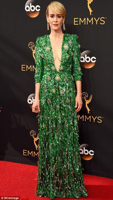 Siêu mẫu ngực trần cuốn hút tại thảm đỏ Emmy - 9