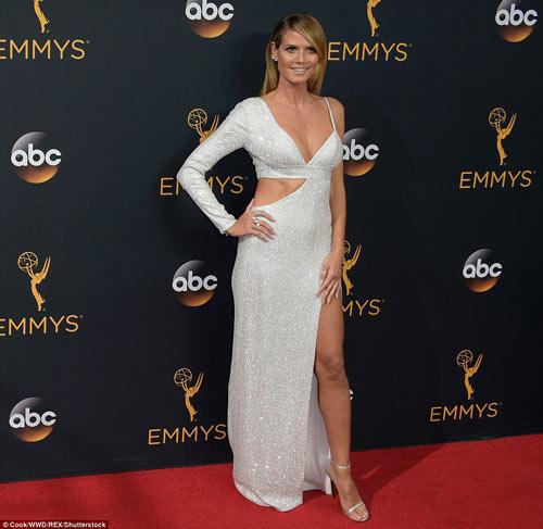Siêu mẫu ngực trần cuốn hút tại thảm đỏ Emmy - 5